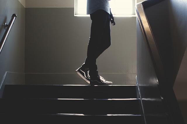 osoba na schodech