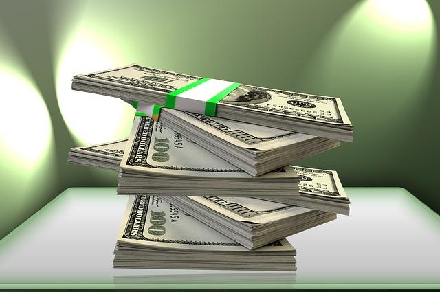 balíčky peněz volně naskládané na sobě