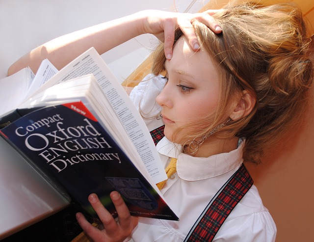 studentka čte knihu
