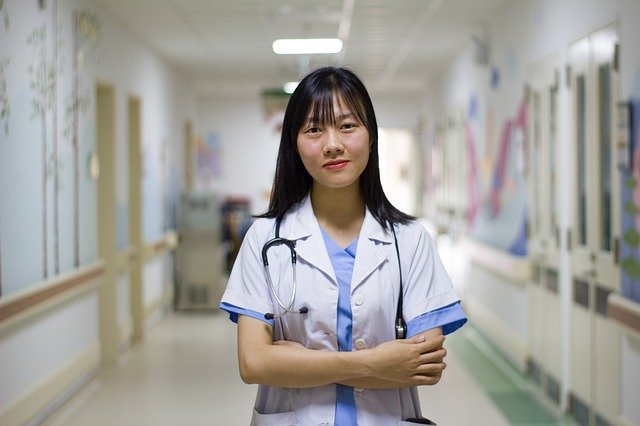 Usmívající se lékařka