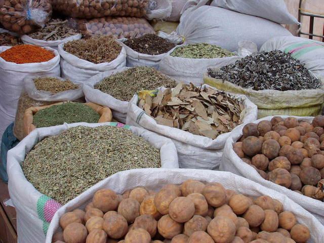 zboží na tržnici v plátěných pytlích