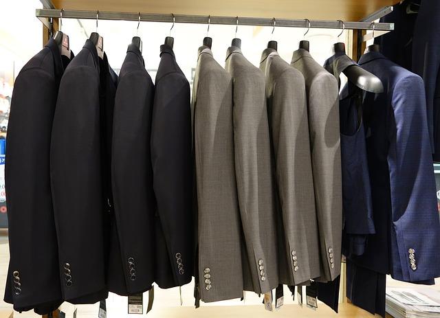 pánské obleky na ramínkách